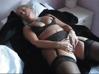 image Oma marielle zeigt ihre haengetitten
