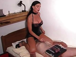 brennnessel folter bdsm strap on