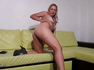 Blonde Mom-next-door Masturbate Alone