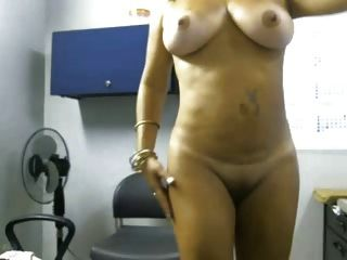 image Rola bogotana se desnuda para el novio
