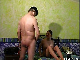 Papy Se Tape Une Petite Jeune De 18 Ans