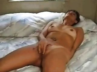 Woman Rubbing To Orgasm On Bed(by Edquiss)