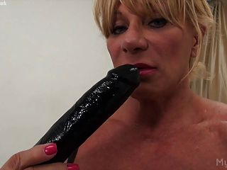 Female Bodybuilder Wildkat Shows Her Big Clit