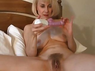 Sexy British Milf Wakes Up And Toys Her Pussy !